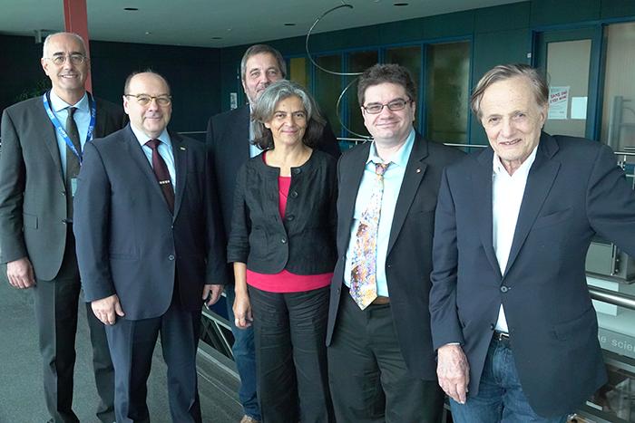 De gauche à droite :  Giorgio Contini (ISM, CNR), Luc-Alain Giraldeau (INRS), Giovanni Comelli  (Université  de  Trieste), Anna Galluccio (Ambassade d'Italie à Ottawa), Federico Rosei (INRS) et John C Polanyi (Université de Toronto et prix Nobel de chimie 1986).