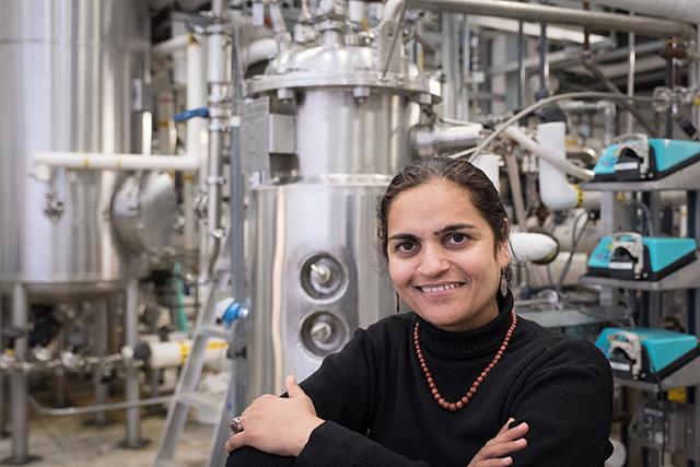 La professeure Satinder Kaur Brar au Laboratoire de biotechnologies environnementales (LBE) de l'INRS