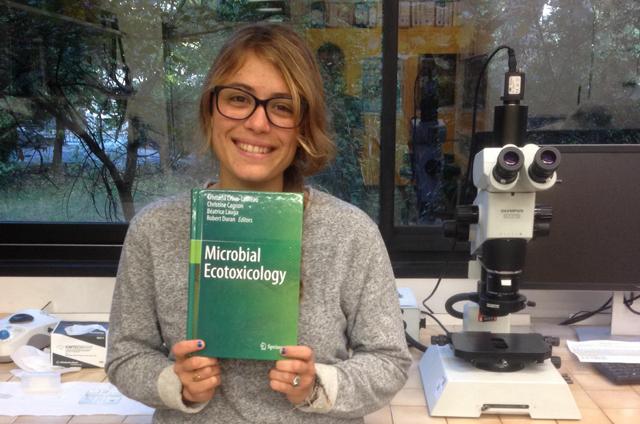 Caroline Doose avec sa récompense : un exemplaire du livre Microbial Ecotoxicology de l'éditeur Springer Verlag accompagné d'une somme de 300 €.