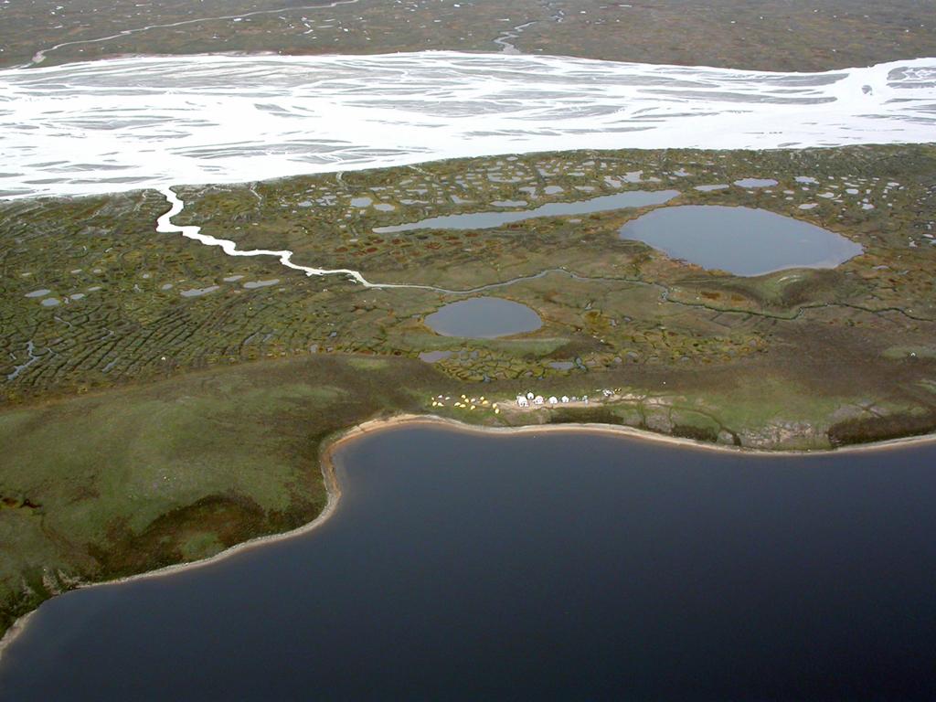 Terrain en Arctique, vue aérienne du campement. Recherches en biogéochimie aquatique