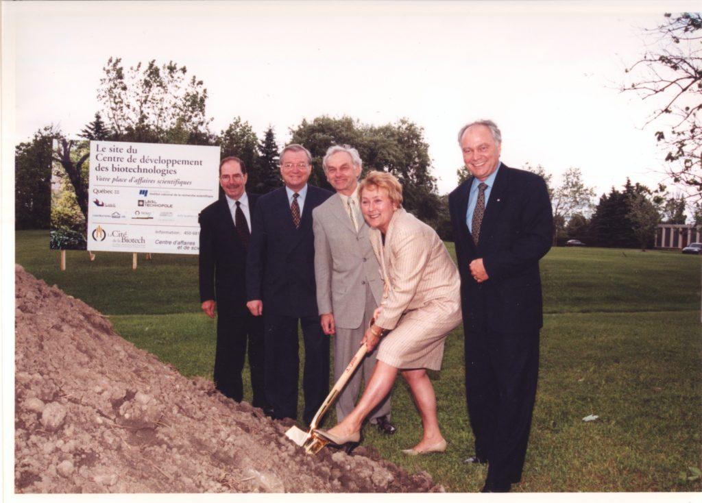 Première pelletée de terre en juin 2001 (de g. à dr. : Pierre Bélanger, Gilles Vaillancourt, Pierre Lapointe, Pauline Marois (alors PM), David Cliche