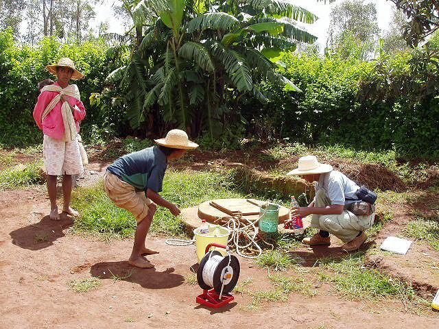 Échantillonnage d'eau d'un puits à Madagascar. Crédit photo : INSTN-Madagascar.